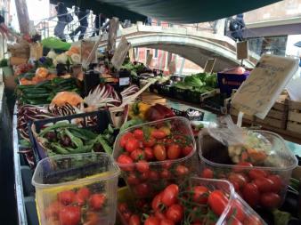 Un negozio galleggiante di frutta e verdura a Venezia