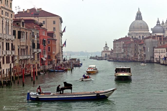 pianist-paolo-zanarella-on-a-boat-in-venice