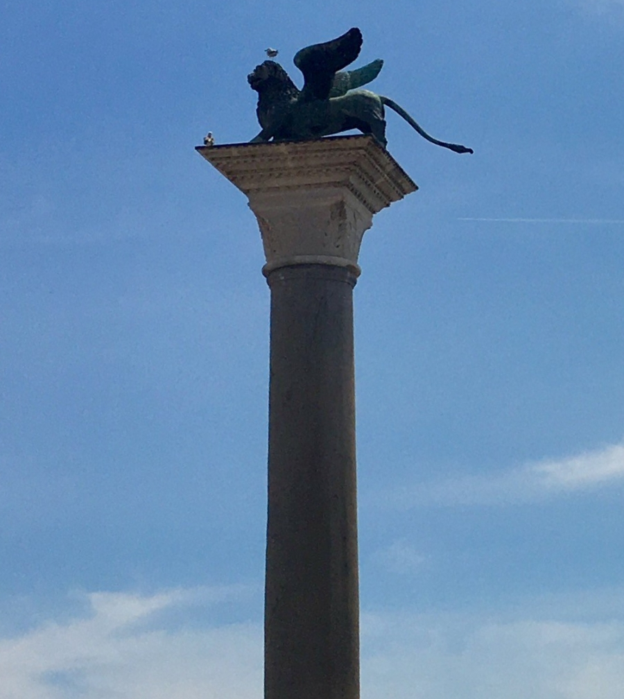 birds-playing-with-lions-in-venice.jpg